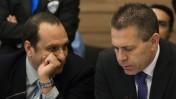 """יו""""ר רשות השידור אמיר גילת מביט בשר התקשורת גלעד ארדן, במהלך דיון בהמלצות ועדת לנדס בוועדת הכלכלה של הכנסת, 19.3.14 (צילום: פלאש 90)"""
