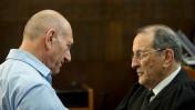 ראש הממשלה לשעבר אהוד אולמרט (משמאל) ועורך דינו אלי זוהר בבית המשפט המחוזי בתל-אביב עם גזירת דינו ל-6 שנות מאסר במשפט הולילנד, 29.4.14 (צילום: בן קלמר)