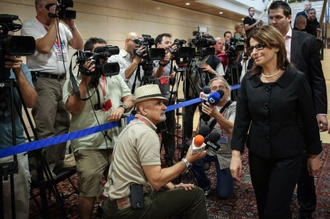 דליה איציק ועיתונאים בכנסת, 27.5.14 (צילום: הדס פרוש)