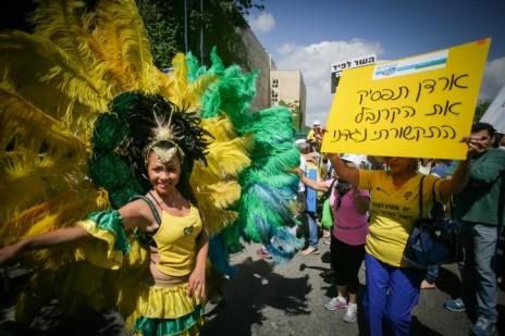 עובדי רשות השידור מפגינים מול משרד האוצר נגד הכוונה לסגור את הרשות, 2.6.14 (צילום: פלאש 90)