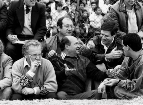 רובי ריבלין (משמאל) צופה במשחק כדורגל בירושלים. לצדו: אהוד אולמרט וחיים יבין, 1985 (צילום: משה שי)