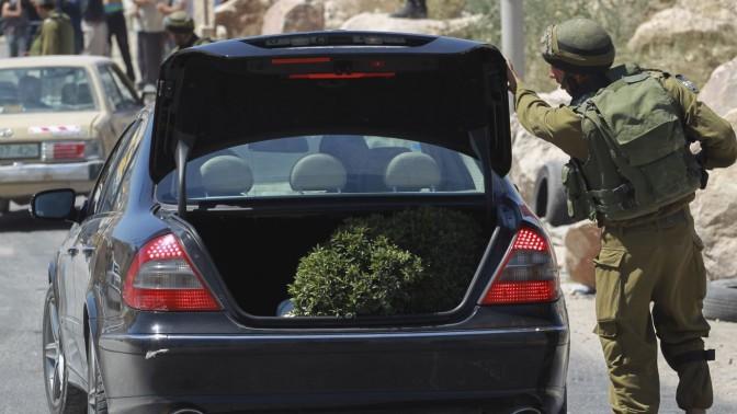 חייל ישראלי בודק תא מטען של פלסטינים, במסגרת המבצע לאיתור הנעדרים. חברון, 15.6.14 (צילום: הדס פרוש)