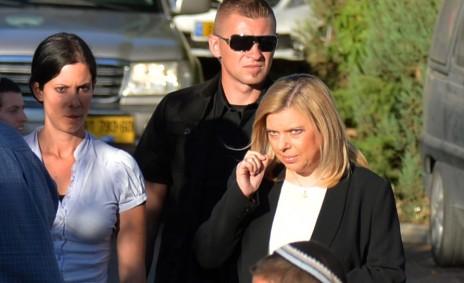 שרה נתניהו בהתנחלות טלמון, מחוץ לביתו של אחד הנערים הנעדרים, 16.6.14 (צילום: יוסי זליגר)