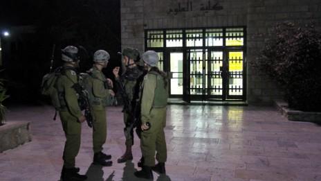 """כוחות צה""""ל באוניברסיטת ביר-זית, 19.6.14 (צילום: עיסאם רימאווי)"""