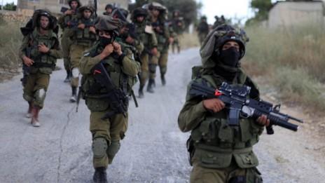 חיילים ישראלים בכפר ערורה, ליד רמאללה, 20.6.14 (צילום: עיסאם רימאווי)