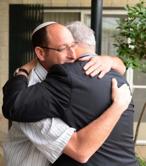 """ראש הממשלה בנימין נתניהו מתחבק עם אביו של אחד הנערים החטופים, 20.6.14 (צילום: קובי גדעון, לע""""מ)"""