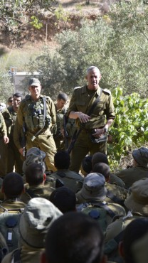 """הרמטכ""""ל בני גנץ משוחח עם חיילים ליד חברון, 21.6.14 (צילום: דובר צה""""ל)"""