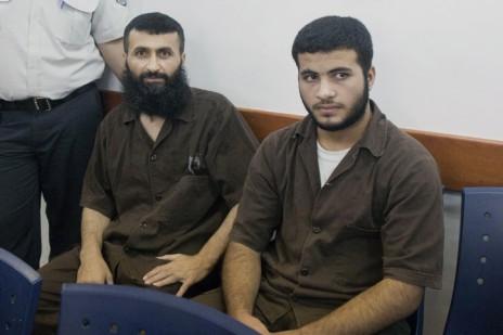 זיאד עוואד (משמאל) ובנו עז א-דין, בבית-הדין הצבאי במחנה עופר, 23.6.14. השניים חשודים ברצח השוטר ברוך מזרחי (צילום: יונתן זינדל)