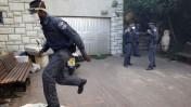 שוטרים בשולי השריפה שפרצה בירושלים, 25.6.14 (צילום: יונתן זינדל)