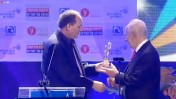 """רון ירון מעניק עיטור לנשיא היוצא שמעון פרס. טקס """"המורה של המדינה"""", 12.6.14 (צילום מסך מתוך שידור הטקס ב-ynet)"""