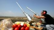 הפצצת עזה בעגבניות, תירס וביצים. מיצג של פעילי שמאל, ניר-עם, 2.8.07 (צילום: אדי ישראל)