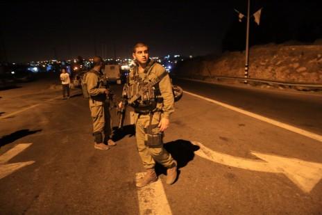 """חיילי צה""""ל באזור מציאת הגופות, אמש (צילום: נתי שוחט)"""