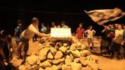 צעירים ישראלים סביב גלעד שהוקם בקרבת מקום מציאת הגופות, אתמול (צילום: נתי שוחט)