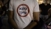 """הפגנת בהנהגת ברוך מרזל מול מחנה """"הקריה"""" בתל-אביב, לאחר מציאת גופות הנערים החטופים, 1.7.14 (צילום: תומר נויברג)"""
