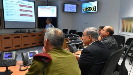 """ראש הממשלה, שר הביטחון והרמטכ""""ל בחדר מצ""""ב של חיל האוויר, 10.7.14 (צילום: אריאל חרמוני, משרד הביטחון)"""