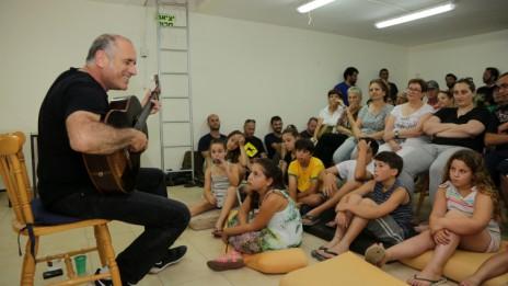 דייוויד ברוזה מנגן במקלט בנתיב העשרה, 11.7.14 (צילום: אדי ישראל)