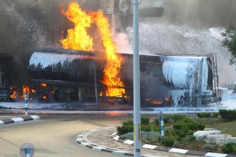 מכלית דלק עולה בלהבות לאחר פגיעת רקטה שנורתה מעזה. שלושה נפצעו בתקיפה, אחד קשה. 11.7.14 (צילום: פלאש 90)