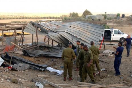 זירת פגיעת רקטה פלסטינית בנגב, סמוך למקום פציעתן של הילדות מראם ועתיל וואקילי. 14.7.14 (צילום: פלאש 90)