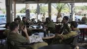 """חיילי צה""""ל יושבים בבית קפה. יד-מרדכי, 14.7.14 (צילום: הדס פרוש)"""