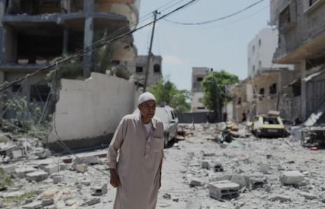 """פלסטיני בוחן את מה שנותר לאחר הפצצת ביתו של בכיר חמאס בעיר עזה על-ידי חיל האוויר הישראלי. היום התשיעי של מבצע """"צוק איתן"""", 16.7.14 (צילום: עימאד נאסר)"""