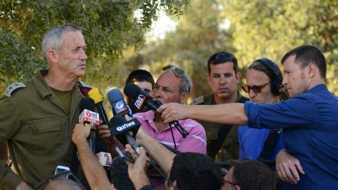 """הרמטכ""""ל בני גנץ מתדרך עיתונאים ליד הגבול עם רצועת עזה, 20.7.14 (צילום: מנדי הכטמן)"""