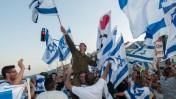 """ישראלים מביעים תמיכה בצה""""ל. קריית-שמונה, 21.7.14 (צילום: פלאש 90)"""