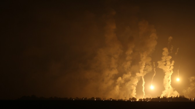 פצצות תאורה מעל רצועת עזה, 23.7.14 (צילום: נתי שוחט)