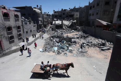 בניין שנהרס בתקיפה אווירת באזור ג'באליה, 24.7.14 (צילום: עמאד נאסר)