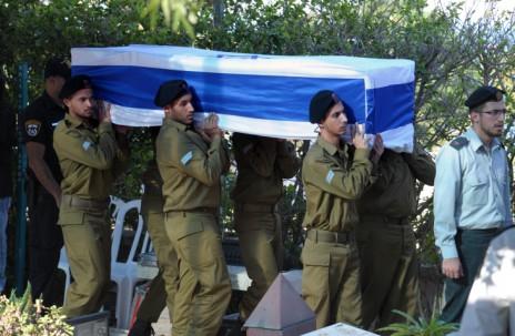 """חיילים נושאים את ארונו של לירן כהן מטבריה, שנפל בקרב במבצע """"צוק איתן"""", 29.7.14 (צילום: פלאש 90)"""