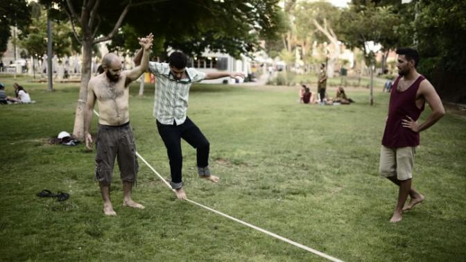 """הולכים על חבל דק, מול """"הקריה"""" בתל-אביב, אתמול (צילום: תומר נויברג)"""