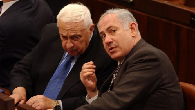 שר האוצר בנימין נתניהו וראש הממשלה אריאל שרון, הכנסת, 9.2.2003 (צילום: פלאש 90)