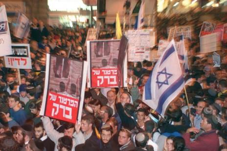 הפגנת ימין נגד שיחות השלום של ראש הממשלה אהוד ברק עם יאסר ערפאת, 23.11.2000 (צילום: פלאש 90)