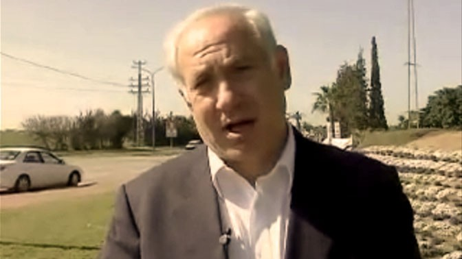 """יו""""ר האופוזיציה בנימין נתניהו קורא למוטט את שלטון החמאס בעזה, בביקור באשקלון לאחר נפילת טיל גראד, 3.2.2009 (צילום מסך)"""