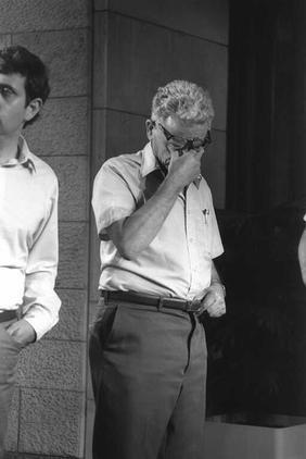 """מזכ""""ל ההסתדרות ישראל קיסר לאחר ישיבת קבינט במשרד ראש הממשלה, 30.6.1985 (צילום: חנניה הרמן, לע""""מ)"""