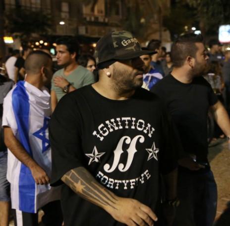 """זמר הראפ יואב אליאסי (""""הצל"""") בהפגנת ימין במהלך מבצע """"צוק איתן"""", 9.8.14 (צילום: פלאש 90)"""