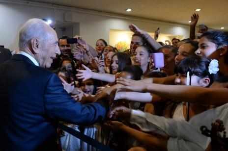 ישראלים מברכים את שמעון פרס לקראת יום הולדתו ה-90, כחודש וחצי לפני מועדו. ירושלים, 18.6.13 (צילום: קובי גדעון)
