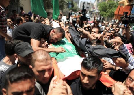 """הלוויית מחמוד עוואר, שנהרג על-ידי צה""""ל אחרי שיגור רקטות מרצועת עזה לישראל בפעם הראשונה אחרי כינון ממשלת האחדות הפלסטינית, בית-להיא, 12.6.14 (צילום: ויסאם נאסר)"""