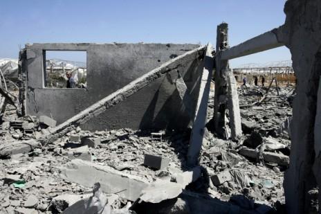 הריסות בית שנפגע מתקיפת חיל האוויר, רפיח, 15.6.14 (צילום: עבד רחים כתיב)