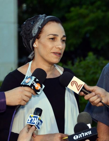 בת-גלים שער, אמו של גלעד שער, אחד משלושת הנערים החטופים, משוחחת עם עיתונאים מחוץ לביתה בטלמון, 15.6.14 (צילום: יוסי זליגר)