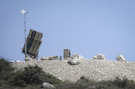 """צה""""ל פורש סוללת כיפת-ברזל ליד העיר מודיעין, 3.7.14 (צילום: פלאש 90)"""