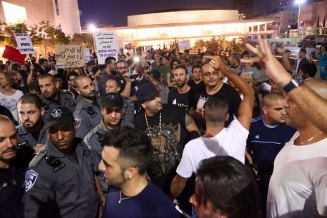 שוטרים חוצצים בין פעילי ימין ושמאל בכיכר הבימה, תל-אביב, 12.7.14 (צילום: פלאש 90)