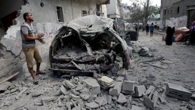 """פלסטיני בוחן את ההרס שהותירו הפגזות צה""""ל בשכונת שג'עיה שברצועת עזה במהלך מבצע """"צוק איתן"""", 26.7.14 (צילום: עבד רחים חטיב)"""