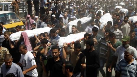 """הלוויית עשרת בני משפחת אל-אסטל, שנהרגו מהפצצת צה""""ל, 30.7.14 (צילום: עבד רחים ח'טיב)"""