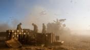 """חיילי צה""""ל מפציצים ליד הגבול עם עזה, 2.8.14 (צילום: יונתן זינדל)"""