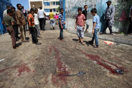 """סימני דם בעקבות תקיפת בית-ספר של אונר""""א ברפיח, 3.8.14 (צילום: עבד רחים ח'טיב)"""
