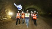 עובדי חברת הדרכים הלאומית מניפים דגל ישראל כשהם צועדים בתוך מנהרה שנחפרה בקו הרכבת המהירה בין תל-אביב לירושלים, 24.7.14 (צילום: יוסי זמיר)