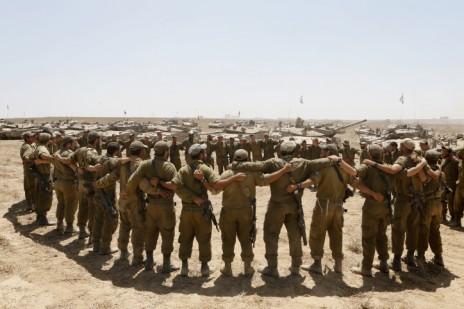 """חיילי צה""""ל שרים בשטח כינוס סמוך לגבול עם רצועת עזה, במהלך מבצע """"צוק איתן"""", 6.8.14 (צילום: מרים אלסטר)"""