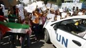 """ילדים פלסטינים מפגינים מחוץ לבית ספר של אונר""""א ברצועת עזה, 11.8.14 (צילום: עבד רחים חטיב)"""