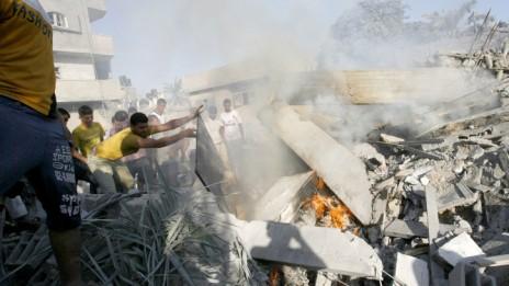 """בית ברפיח לאחר שהופצץ על-ידי צה""""ל, 20.8.14 (צילום: עבד רחים ח'טיב)"""