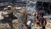 הריסות הבניין שנהרס בנסיון חיסול מוחמד דף, 20.8.14 (צילום: עמאד נאסר)